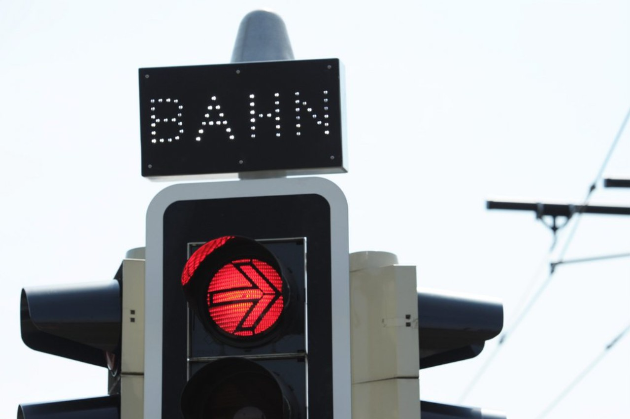 Rote Ampel mit Text BAHN