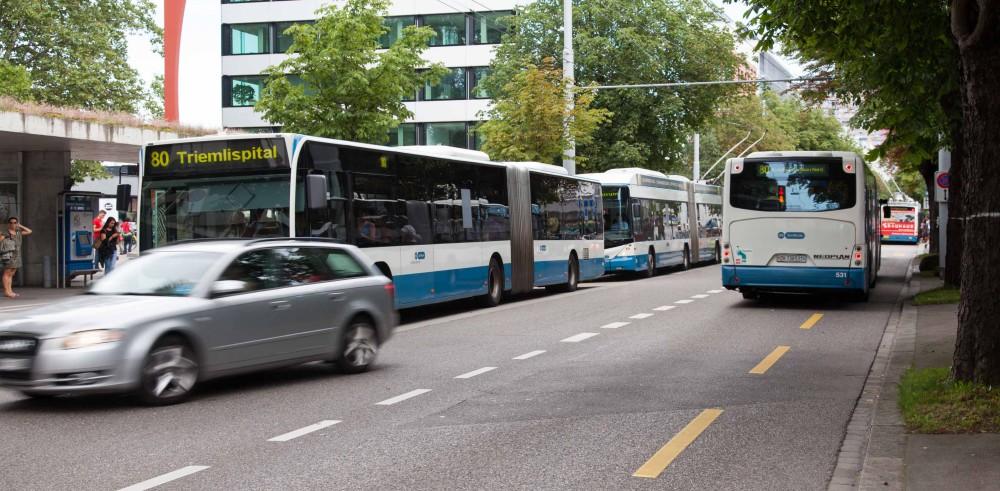 Mehrere Busse warten auf die Abfahrt