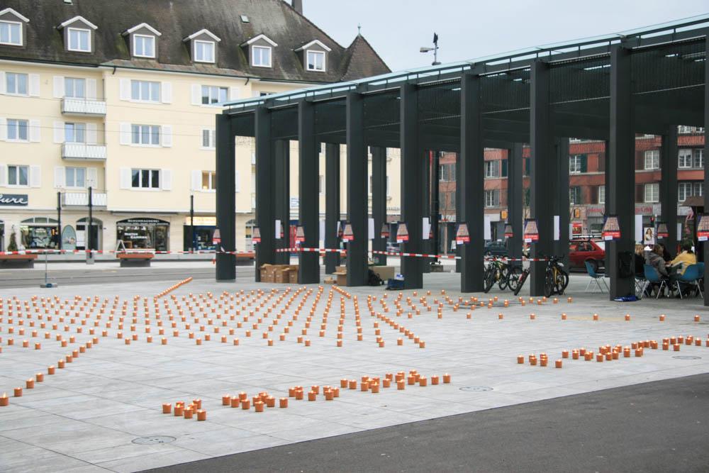 Kerzen auf dem Kirchplatz